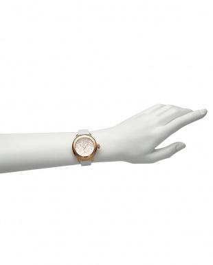 シルバー/ホワイト シルバー×ホワイト BAL HARBOUR フラワーパターン×パテントレザー腕時計見る