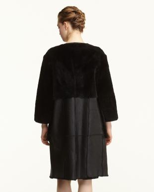 ブラック ノーカラー羊革コートを見る