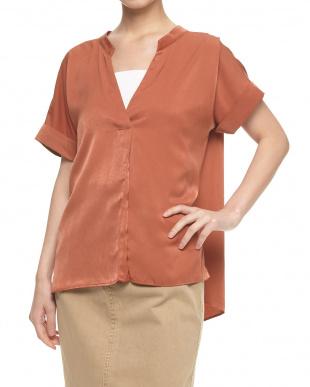 オレンジ ボタンレスタックシャツ見る
