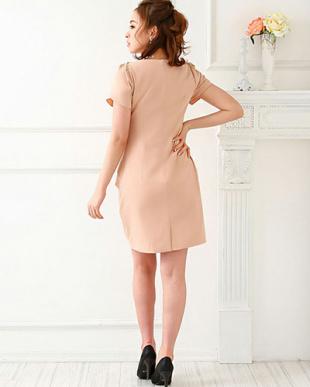 ピンクベージュ ラッフルデザインドレスを見る