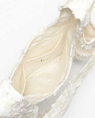 ホワイト フラワー刺繍バッグを見る