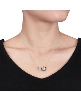 ブラック&ホワイトダイヤモンド(0.1ct) スリーサークルネックレスを見る