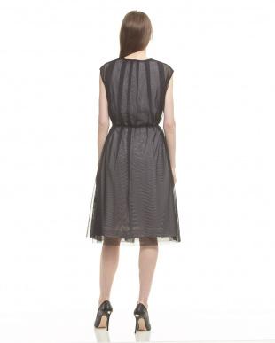 ブラック スリーブレスチュールアウター付ドレスを見る
