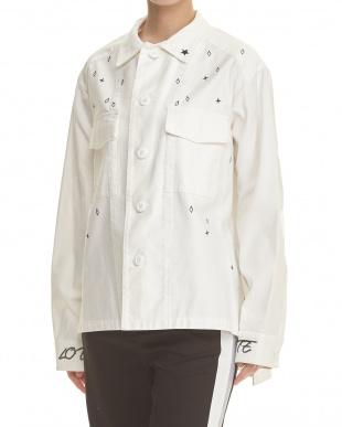 オフホワイト 刺繍入りミリタリージャケット見る