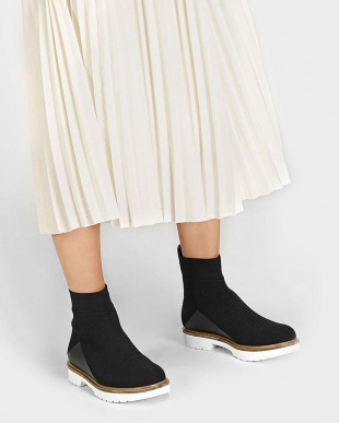 Black ニットテクスチャードアンクルブーツ / KNITTED TEXTURED ANKLE BOOTSを見る