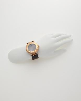 ピンクゴールド×ブラック 腕時計見る