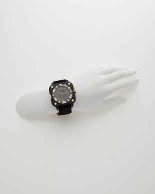 ブラック×ゴールド 腕時計見る