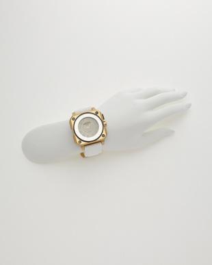 ゴールド×ホワイト 腕時計見る