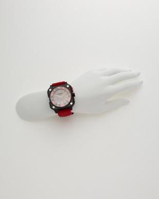 レッド×ブラック 腕時計見る