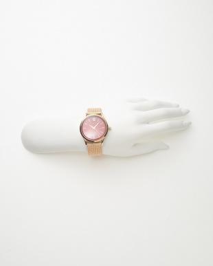 ピンクゴールドカラー×レッド メッシュベルト腕時計見る