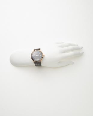 ピンクゴールドカラー×ブラック レザーベルト腕時計見る
