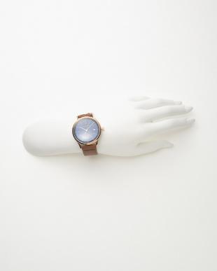 ピンクゴールドカラー×ブルー レザーベルト腕時計見る