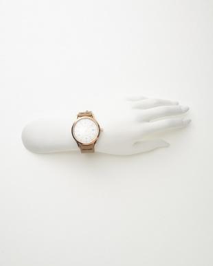 ピンクゴールドカラー×ホワイト レザーベルト腕時計見る