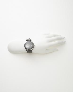シルバーカラー×ブラック レザーベルト腕時計見る