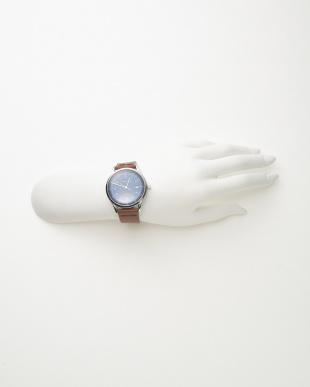 シルバーカラー×ブルー レザーベルト腕時計見る