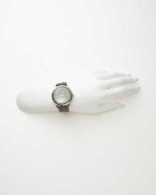 シルバーカラー×グリーン レザーベルト腕時計見る