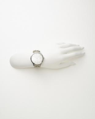 シルバーカラー×ホワイト レザーベルト腕時計見る