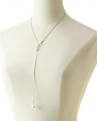 ホワイト/クリスタル/シルバー 貝パール×スネークシルバーチェーン Yスタイルネックレスを見る