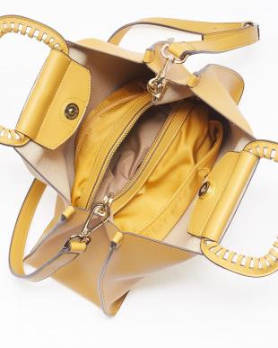 Yellow 切込み飾りメタルハンドルバッグを見る