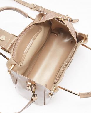 Beige バックルモチーフ飾り メタルハンドルバッグを見る