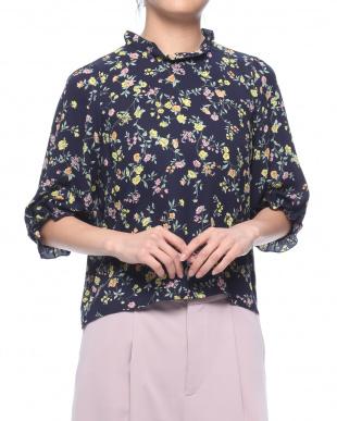 ネイビー フラワープリントフリルネックシャツを見る