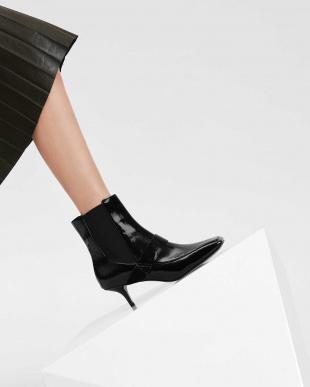 Black Textured スクエアトゥ キトンヒール ブーツ / SQUARE TOE KITTEN HEEL BOOTSを見る