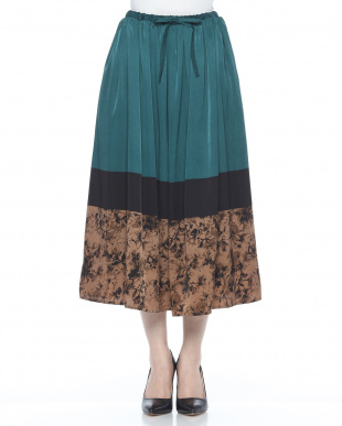 ブラック マットサテンプリントスカートを見る