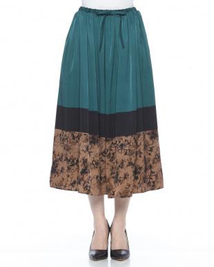 グリーン マットサテンプリントスカートを見る