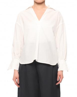 オフホワイト 袖口リボンスキッパーカラーシャツを見る