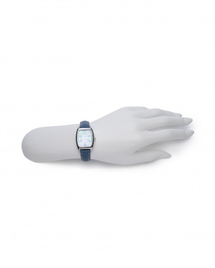腕時計を見る