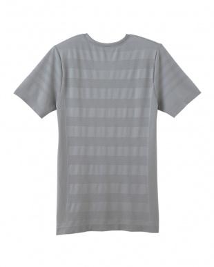 グレー VネックTシャツを見る