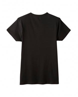ブラック VネックTシャツを見る