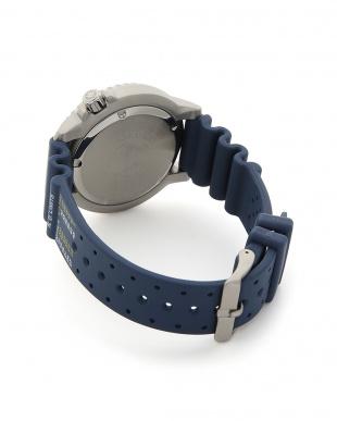 ブルー 時計を見る