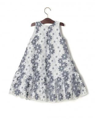 グレー×ホワイト  CAMPANELLA シアー フラワー スカラップ ノースリーブドレスを見る