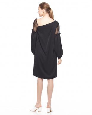 ブラック サテンバルーンスリーブドレスを見る
