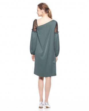 グリーン サテンバルーンスリーブドレスを見る