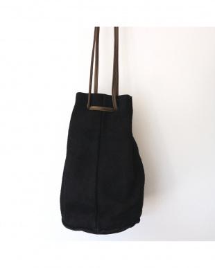 BLACK ORIANA メタルチャームスエード巾着バッグを見る