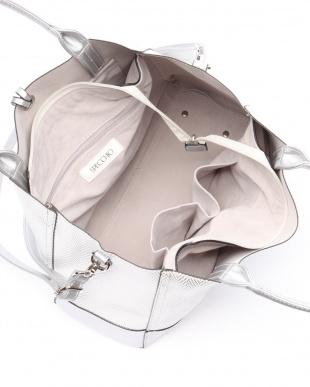 55シルバーホワイト系 ヘリンボーン箔型押し合皮切り替え ショルダーバッグを見る