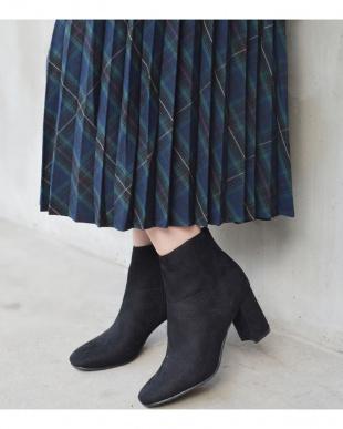 ブラックスエード調 7.5cm太ヒールショートブーツを見る