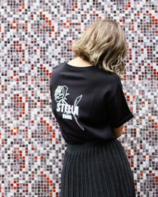 BLACK BACK ROSE UNISEX T SHIRTを見る