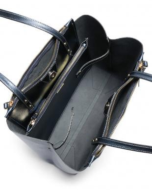 blu metalic カーフスキン トートバッグ ポーチ付を見る