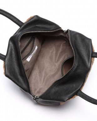 キャメル×ブラック ボアアクセントキューブバッグを見る