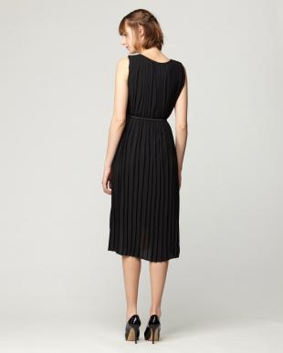 BEIGE/BLACK  総プリーツノースリーブロングドレスを見る