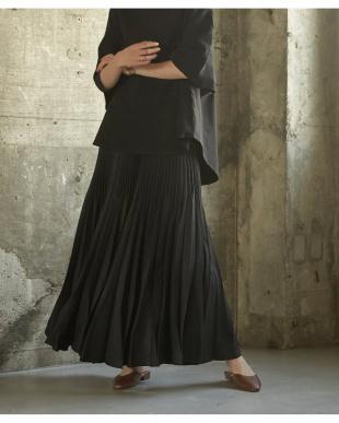 ブラック ランダムハンドプリーツロングスカートを見る