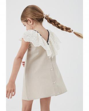 ベージュ レース衿 バックボタン ドレスを見る