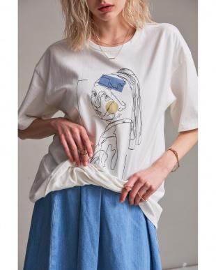 WHITE 絵画Tシャツ 真珠の耳飾りの少女を見る