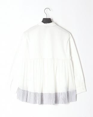 オフホワイト 花×蝶 刺繍襟 チュール切替シャツを見る