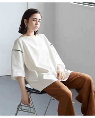 ブラウン デザインステッチロング丈Tシャツを見る