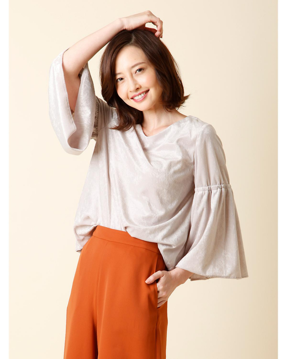 7-ID concept. / Gray beige 3 No color flare sleeve blouse 7-ID concept. ○ 7074182005 / Women's