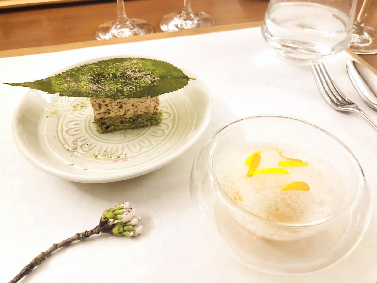 左:塩桜のムースグラッセ 大和茶のダックワーズ 左:吉野本葛餅 金柑 生姜